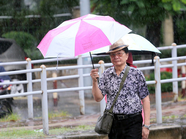 Mưa đúng giờ cao điểm, người Hà Nội ngán ngẩm cảnh ùn tắc ở nhiều tuyến đường. - Ảnh 13.