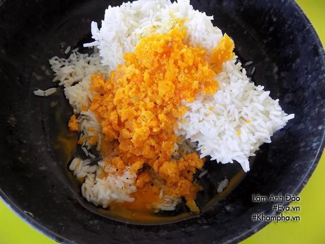 Vợ nấu cơm rang trứng muối ngon thế này chồng con chẳng tốn tiền ăn sáng ngoài hàng - Ảnh 2.