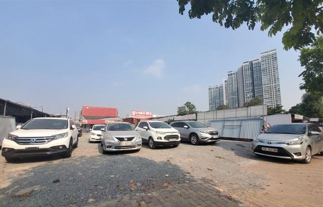 Hàng trăm ô tô tiền tỷ nằm phơi nắng chờ khách mua ở Hà Nội - Ảnh 1.