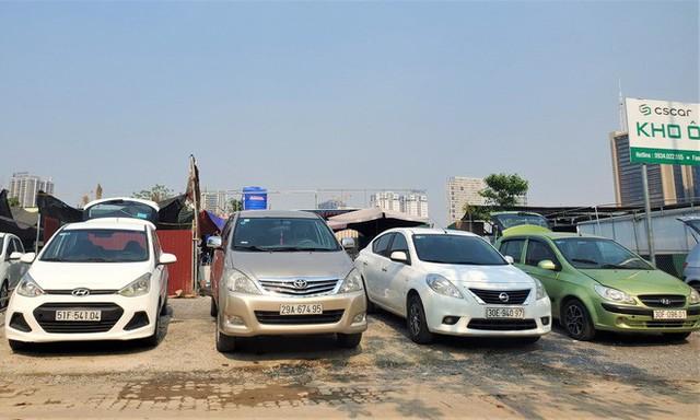 Hàng trăm ô tô tiền tỷ nằm phơi nắng chờ khách mua ở Hà Nội - Ảnh 2.