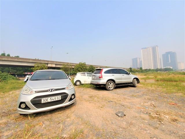 Hàng trăm ô tô tiền tỷ nằm phơi nắng chờ khách mua ở Hà Nội - Ảnh 11.