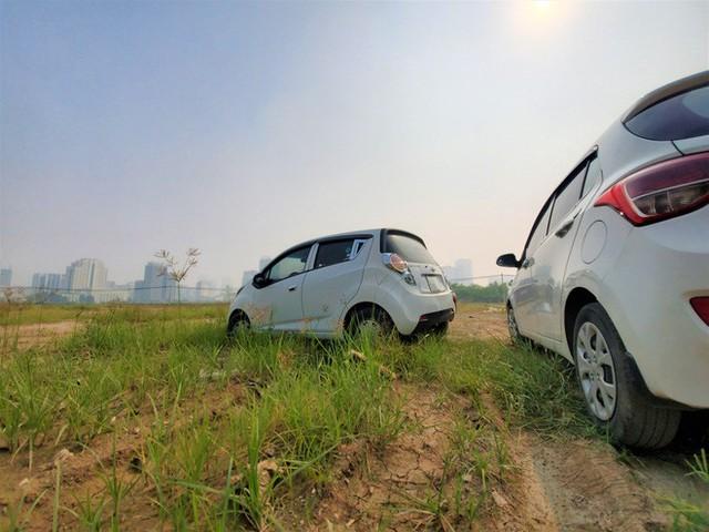 Hàng trăm ô tô tiền tỷ nằm phơi nắng chờ khách mua ở Hà Nội - Ảnh 12.