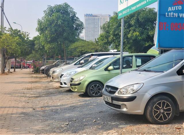 Hàng trăm ô tô tiền tỷ nằm phơi nắng chờ khách mua ở Hà Nội - Ảnh 4.