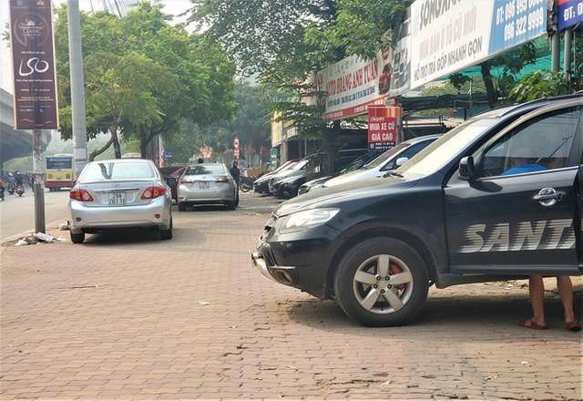 Hàng trăm ô tô tiền tỷ nằm phơi nắng chờ khách mua ở Hà Nội - Ảnh 6.