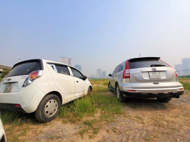 Hàng trăm ô tô tiền tỷ nằm phơi nắng chờ khách mua ở Hà Nội - Ảnh 8.