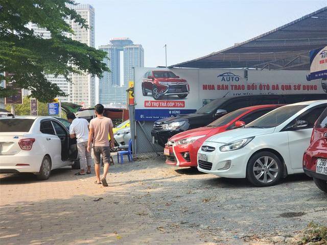 Hàng trăm ô tô tiền tỷ nằm phơi nắng chờ khách mua ở Hà Nội - Ảnh 9.
