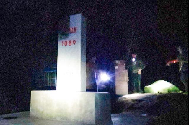 """Xâm nhập đường dây """"đánh hàng"""" miền biên viễn Lạng Sơn: Hàng lậu ồ ạt xuyên đêm tuồn về Việt Nam - Ảnh 4."""