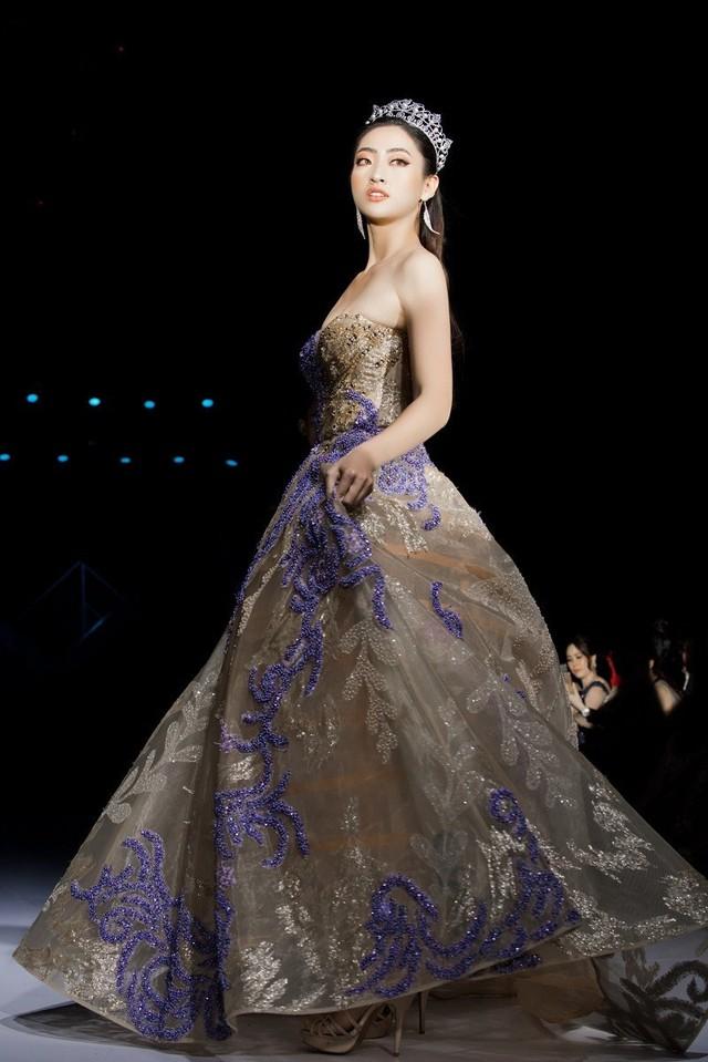 Dàn người đẹp nổi tiếng mở màn tuần lễ thời trang ở Hà Nội - Ảnh 2.