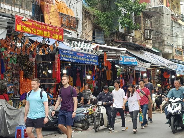 Du khách nước ngoài thích thú với không khí Halloween trên phố Hàng Mã - Ảnh 2.