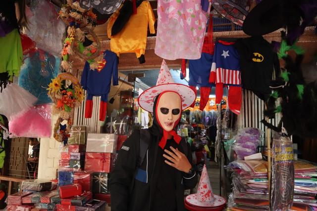 Du khách nước ngoài thích thú với không khí Halloween trên phố Hàng Mã - Ảnh 3.