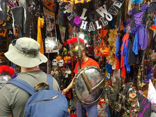 Du khách nước ngoài thích thú với không khí Halloween trên phố Hàng Mã - Ảnh 4.