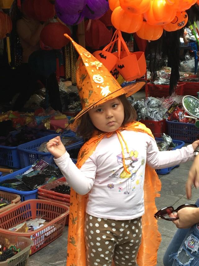 Du khách nước ngoài thích thú với không khí Halloween trên phố Hàng Mã - Ảnh 5.