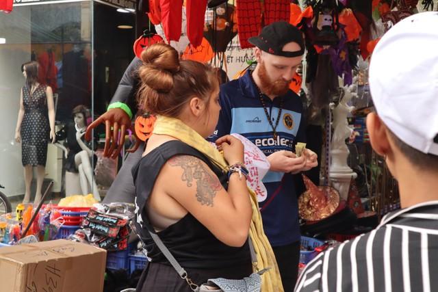Du khách nước ngoài thích thú với không khí Halloween trên phố Hàng Mã - Ảnh 6.