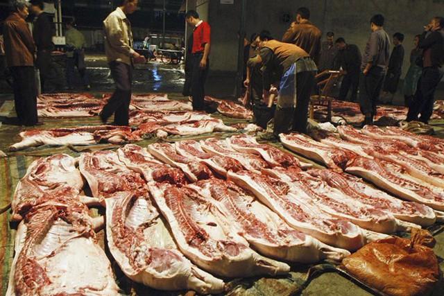 Thiếu thịt lợn, người tiêu dùng Trung Quốc bắt đầu ăn thịt giả - Ảnh 1.