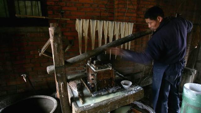 Thiếu thịt lợn, người tiêu dùng Trung Quốc bắt đầu ăn thịt giả - Ảnh 2.