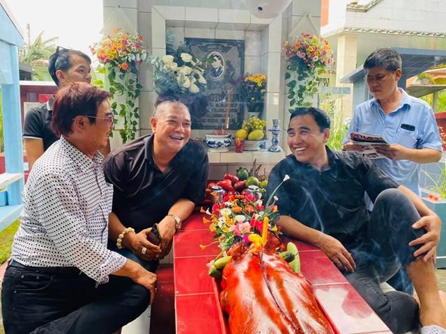 Quyền Linh, Phước Sang viếng mộ tài tử Lê Công Tuấn Anh - Ảnh 1.