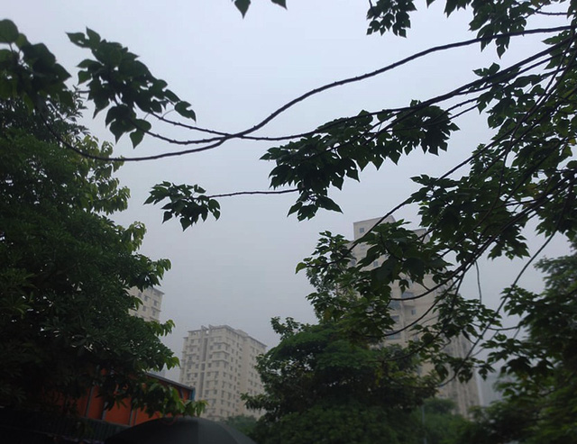 Sương mù bao phủ trong làn không khí ô nhiễm ở Hà Nội - Ảnh 9.