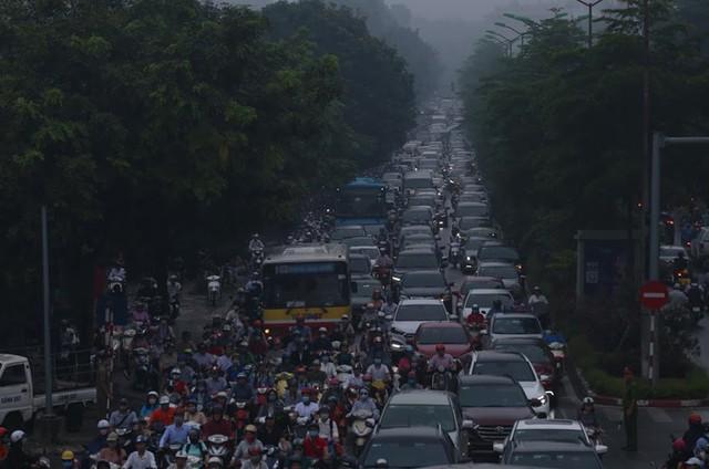 Sương mù bao phủ trong làn không khí ô nhiễm ở Hà Nội - Ảnh 3.