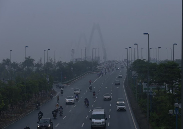 Sương mù bao phủ trong làn không khí ô nhiễm ở Hà Nội - Ảnh 6.