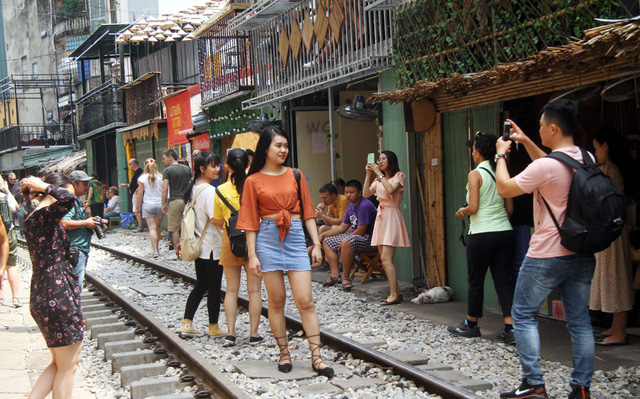 Phố đường tàu vẫn tấp nập người dân đến chụp ảnh sau khi Bộ GTVT đề nghị dẹp bỏ - Ảnh 1.