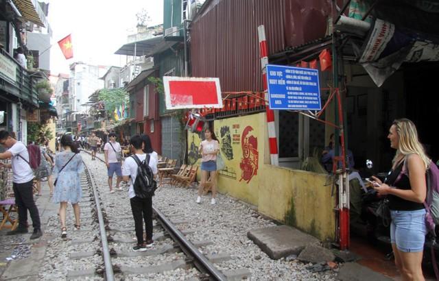 Phố đường tàu vẫn tấp nập người dân đến chụp ảnh sau khi Bộ GTVT đề nghị dẹp bỏ - Ảnh 3.