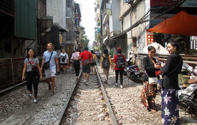 Phố đường tàu vẫn tấp nập người dân đến chụp ảnh sau khi Bộ GTVT đề nghị dẹp bỏ - Ảnh 4.