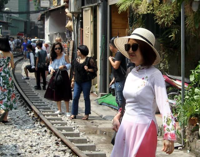 Phố đường tàu vẫn tấp nập người dân đến chụp ảnh sau khi Bộ GTVT đề nghị dẹp bỏ - Ảnh 5.
