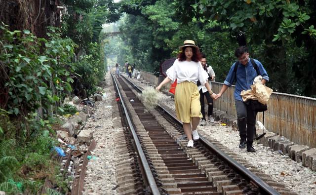 Phố đường tàu vẫn tấp nập người dân đến chụp ảnh sau khi Bộ GTVT đề nghị dẹp bỏ - Ảnh 6.