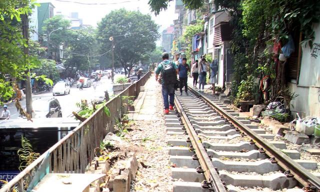 Phố đường tàu vẫn tấp nập người dân đến chụp ảnh sau khi Bộ GTVT đề nghị dẹp bỏ - Ảnh 7.
