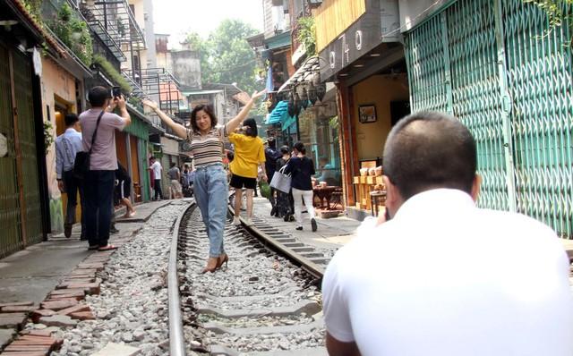 Phố đường tàu vẫn tấp nập người dân đến chụp ảnh sau khi Bộ GTVT đề nghị dẹp bỏ - Ảnh 8.