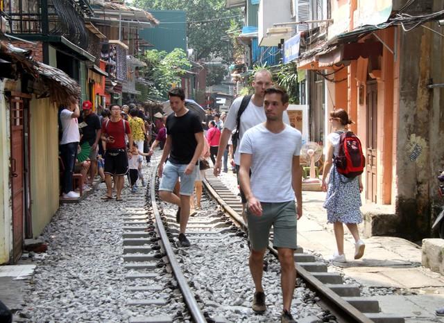 Phố đường tàu vẫn tấp nập người dân đến chụp ảnh sau khi Bộ GTVT đề nghị dẹp bỏ - Ảnh 10.