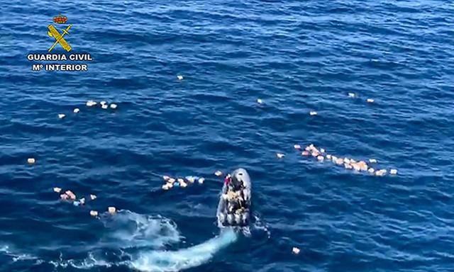 Bị chìm tàu vì truy đuổi băng đảng ma túy, cảnh sát được nghi phạm cứu - Ảnh 1.