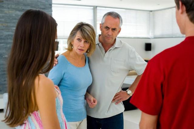 Thanh niên truy sát bố mẹ người yêu do bị ngăn cấm: Những lưu ý cho các bậc cha mẹ khi ngăn cản tình yêu của con - Ảnh 1.