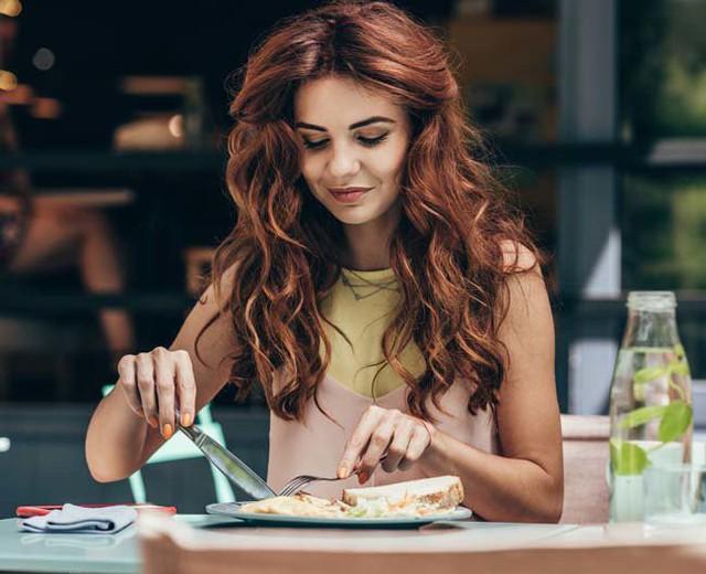 18 quy tắc lịch sự trên bàn ăn không phải ai cũng biết  - Ảnh 1.