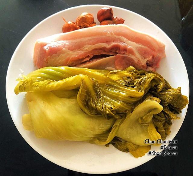 Thịt ba chỉ kho dưa cải chua khiến cơm nấu bao nhiêu cũng hết  - Ảnh 1.