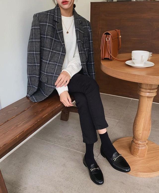 Level mặc đẹp của nàng công sở sẽ thăng hạng vài nấc nhờ 7 items sành điệu mùa thu - Ảnh 11.