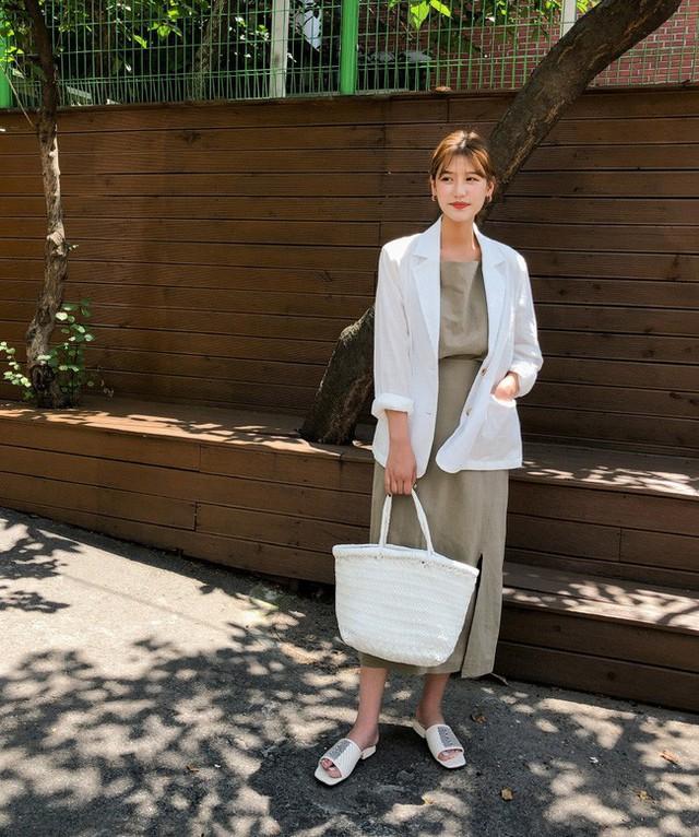 12 ý tưởng diện áo blazer + chân váy mãn nhãn đến nỗi bạn cũng phải xuýt xoa trước diện mạo của chính mình - Ảnh 4.