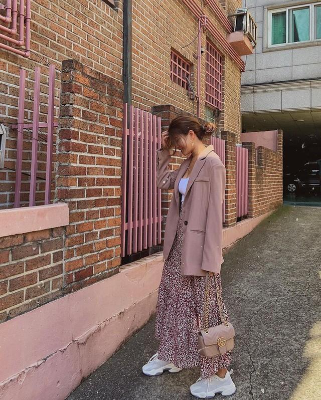 12 ý tưởng diện áo blazer + chân váy mãn nhãn đến nỗi bạn cũng phải xuýt xoa trước diện mạo của chính mình - Ảnh 10.