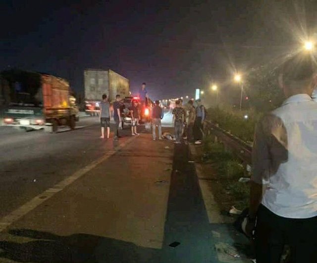 Băng qua đường cao tốc, nhóm công nhân bị ô tô đâm trúng khiến 3 người thương vong - Ảnh 1.