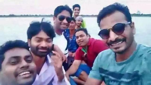 4 người cùng nhà chết đuối vì cố chụp ảnh selfie dưới sông - Ảnh 1.