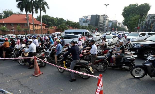 Hà Nội rào chắn nhiều vị trí thi công ga ngầm tuyến đường sắt Nhổn - ga Hà Nội - Ảnh 2.