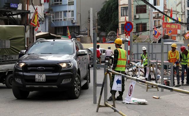 Hà Nội rào chắn nhiều vị trí thi công ga ngầm tuyến đường sắt Nhổn - ga Hà Nội - Ảnh 3.