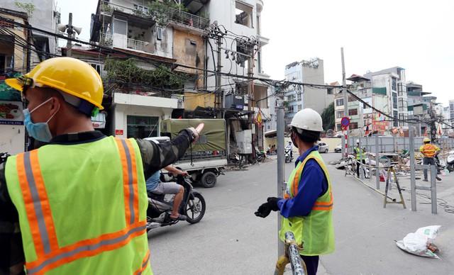 Hà Nội rào chắn nhiều vị trí thi công ga ngầm tuyến đường sắt Nhổn - ga Hà Nội - Ảnh 4.