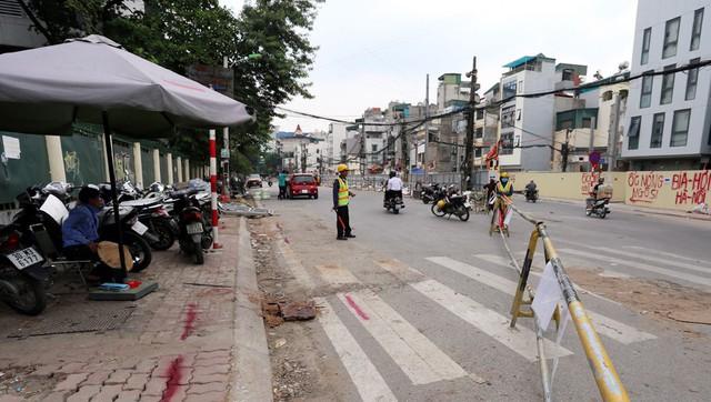 Hà Nội rào chắn nhiều vị trí thi công ga ngầm tuyến đường sắt Nhổn - ga Hà Nội - Ảnh 5.