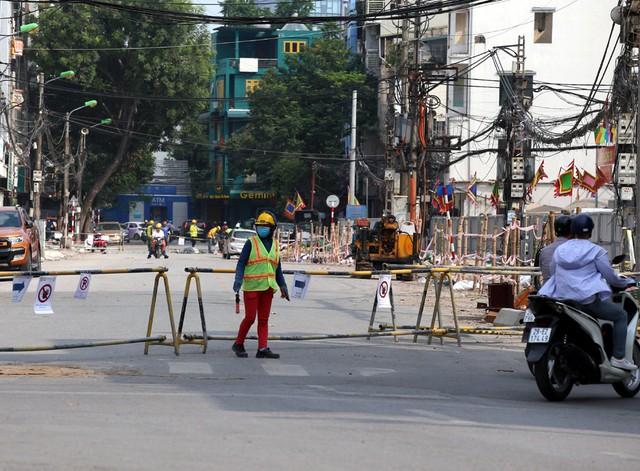 Hà Nội rào chắn nhiều vị trí thi công ga ngầm tuyến đường sắt Nhổn - ga Hà Nội - Ảnh 7.