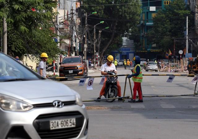 Hà Nội rào chắn nhiều vị trí thi công ga ngầm tuyến đường sắt Nhổn - ga Hà Nội - Ảnh 8.