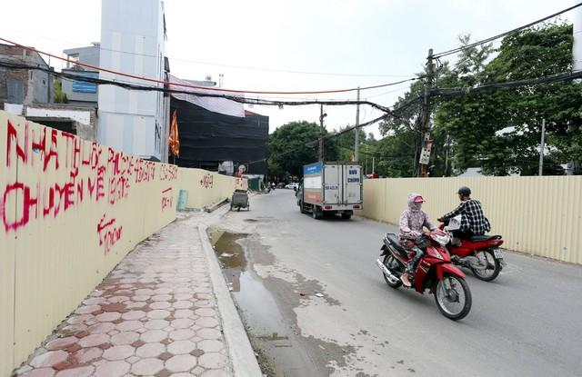 Hà Nội rào chắn nhiều vị trí thi công ga ngầm tuyến đường sắt Nhổn - ga Hà Nội - Ảnh 10.