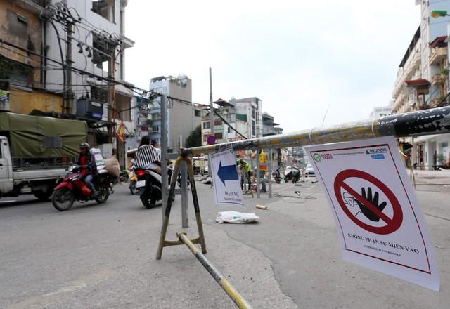 Hà Nội rào chắn nhiều vị trí thi công ga ngầm tuyến đường sắt Nhổn - ga Hà Nội - Ảnh 13.