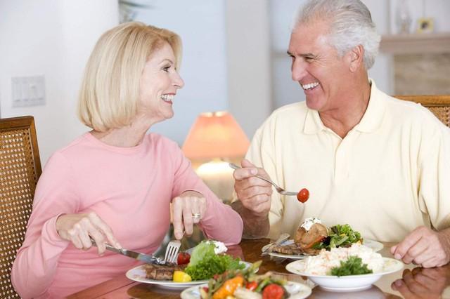 Những món ăn người cao tuổi cần tránh để ảnh hưởng sức khỏe - Ảnh 1.