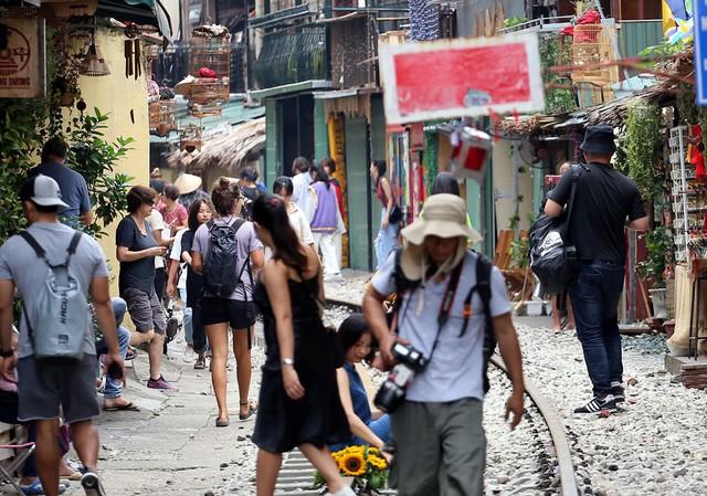 Phố đường tàu Phùng Hưng bất ngờ đông như kiến sau thông tin dẹp bỏ - Ảnh 2.